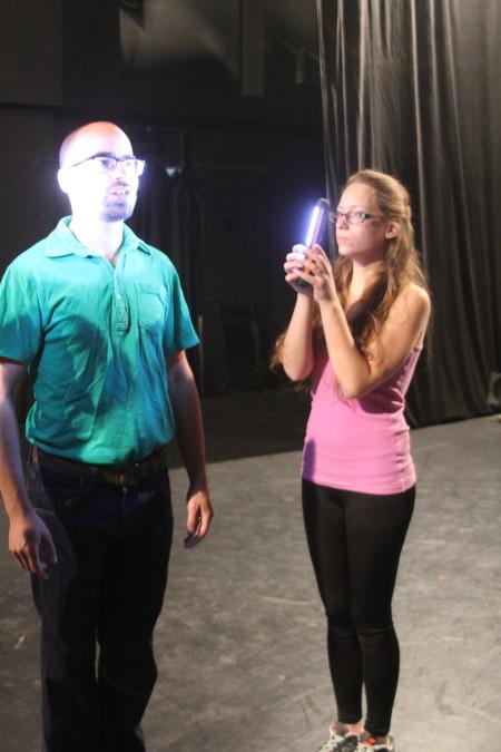 רחלי קרויזר ויוסי פיינהנדלר בחזרות להצגה Out of Mea Shearim. צילום: עידו קינן, חדר 404