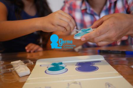 ג'רמו, ערכת גידול חיידקים ללימוד ביולוגיה לילדים, שיצר יונתן אסולין. צילום: דודי אסולין