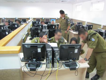 """חיילים בקורס סייבראבטחה צבאי. צילום: דובר צה""""ל"""