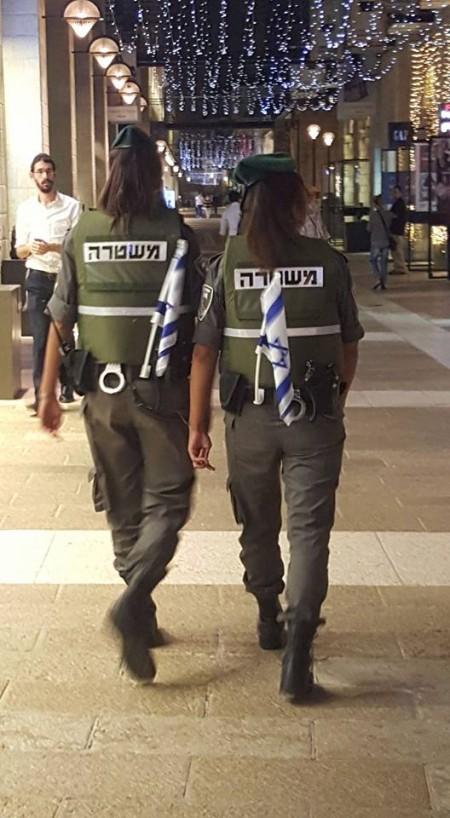 שוטרות עם דגלי ישראל תחובים באחורי החגורה, מתחם ממילא, ירושלים. צילום: דוד כהן