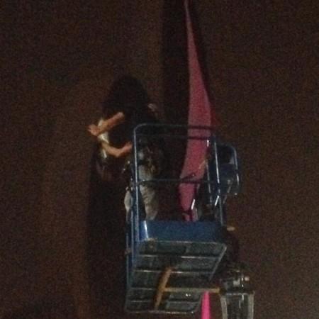 """הסרת החזיה מהפסל """"התרוממות"""" בכיכר הבימה. צילום: אורי בן דב"""