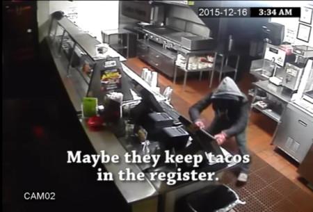 צילומי מצלמות אבטחה של פריצה בפרסומת של מסעדת פריחולס אנד פרסקאז