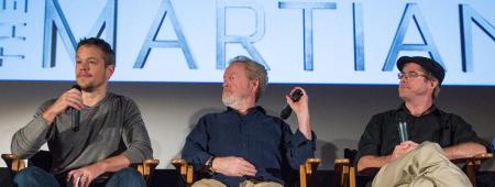 """מחבר """"לבד על מאדים"""" אנדי וויר, הבמאי רידלי סקוט והשחקן מאט דיימון. צילום: ביל אינגלז, נאס""""א"""