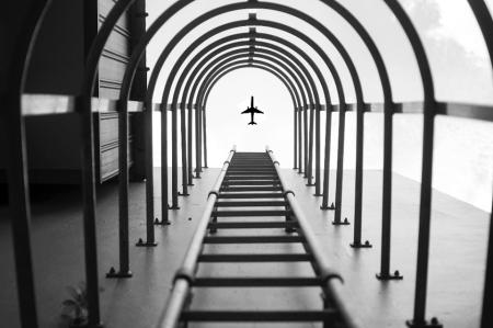 מטוס נראה דרך סולם חירום של בניין. צילום ועיבוד: יו וויי שיה