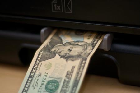 הדפסת שטרות כסף. צילום: Paul Nicholson (cc-by-nc)