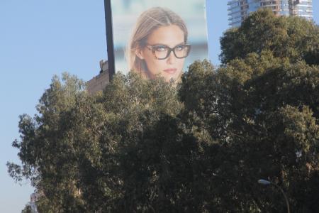 בר רפאלי על שלט חוצות בנתיבי איילון. צילום: עידו קינן