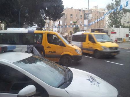 משטרת רחובות מסכנת נוסעים ומפריעה לתנועה בעת בדיקת מונישות. צילום: עידו קינן