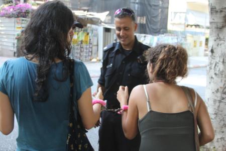 מפגינות ושוטר, 22.6.2012. תמונה: עידו קינן
