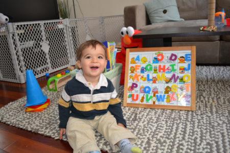 ילד לומד לקרוא ממגנטי אותיות. תמונה: David Werner (cc-by-nc-nd)