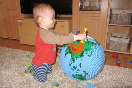תינוק משחק בגלובוס מלגו. תמונה: dirkb86 (cc-by)