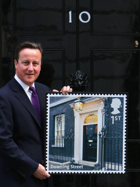 ראש ממשלת בריטניה דיויד קמרון משיק בול. תמונה:  PA/Number 10 (cc-by-nc-nd)