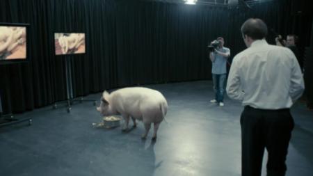 """ראש ממשלת בריטניה נערך לזיין חזיר. תמונה: מתוך הסדרה """"מראה שחורה"""""""