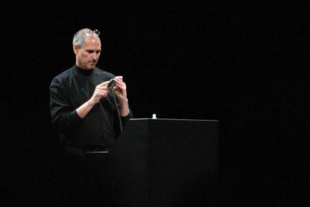 סטיב ג'ובס מחזיק אייפון בעת השקתו בכנס מקוורלד 2007. תמונה: Patrick Gibson (cc-by-nc)