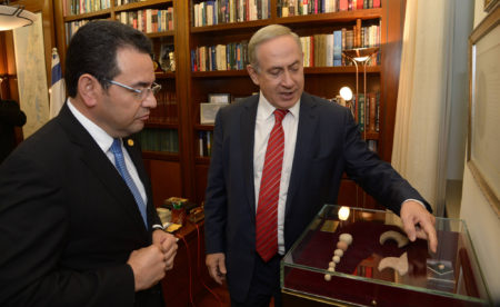 """ראש ממשלת ישראל בנימין נתניהו ונשיא גוואטמלה ג'ימי מוראלס. צילום: חיים צח, לע""""ם (נחלת הכלל)"""