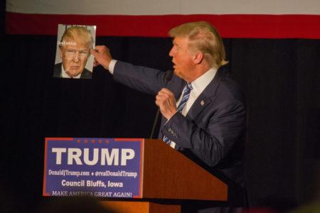 דונלד טראמפ אוחז בתמונתו על שער מגזין. תמונה: Matt A.J. (cc-by-nc)
