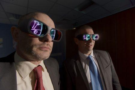 חוקרים חבושים במשקפי תלת-ממד מסתכלים על סריקת עצמות הנרצח. תמונה: אתר משטרת ווסט מידלנדז
