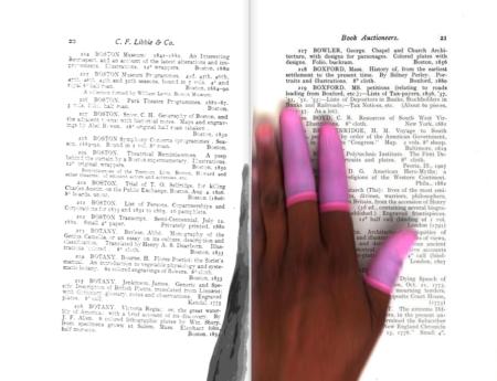 יד של עובד גוגל בזמן סריקת ספר לשירות גוגל ספרים, שנכנסה בטעות לסריקה. תמונה: גוגל ספרים. צילומסך: theartofgooglebooks.tumblr.com
