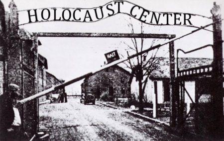 """שער מחנה ההשמדה אושוויץ ומעליו הכתובת """"Holocaust Center"""", מם שפרסם הדפייסבוק """"דברים שאני לא רוצה לשים אצלי פן אחסם"""""""