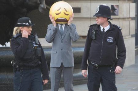 שוטרים עוצרים אמוג'י. תמונה: David Parry/PA Wire - TaylorHerring (cc-by-nc-nd)