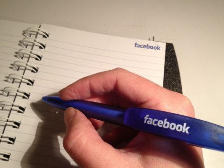 כתיבה במחברת פייסבוק עם עט פייסבוק. תמונה: Sarah Marshall (cc-by)
