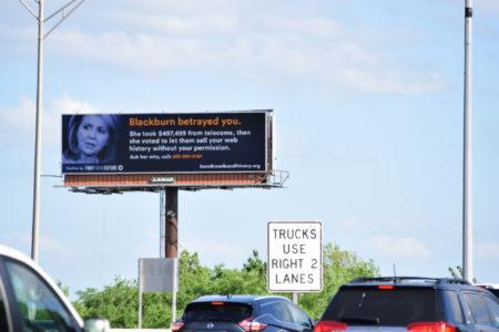 שלט מחאה של Fight for the Future נגד חברי בית הנבחרים האמריקאי שהצביעו לבטל את האיסור על ספקיות האינטרנט למכור מידע גלישה של משתמשים. תמונה: FftF