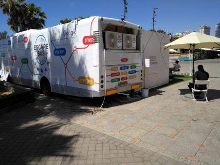 אוטובוס הבריחה של גוגל ישראל. צילום: עידו קינן, חדר 404