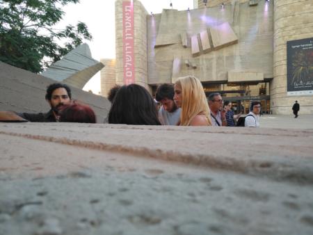 """שלו מורן (מימין, באוזניות וחולצה לבנה) ומושון זר אביב (משמאל) בסיור """"תיירות ספקולטיבית"""" בירושלים. צילום: עידו קינן"""