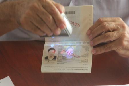 דוגמה של דרכון ביומטרי. תמונה: עידו קינן, חדר 404 (cc-by-sa)