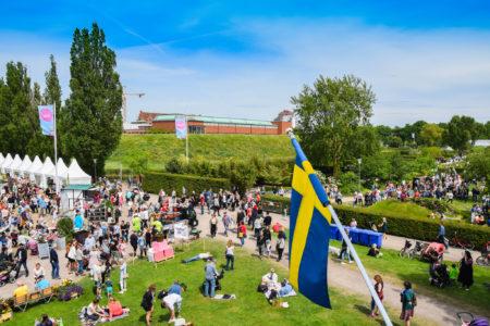 אנשים עם דגל שוודיה. תמונה: Maria Eklind (cc-by-sa)