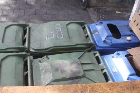 """פח אשפה ציבורי עם הכיתוב """"ביחרו בי"""", תל אביב. תמונה: עידו קינן, חדר 404"""