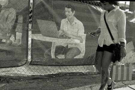 אישה מסתכלת על הסלולרי תוך כדי הליכה. תמונה: Ernesto De Quesada (cc-by-nc-nd)