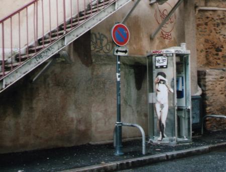 פרט - תמונת אישה עירומה על תא טלפון ציבורי 📷 Martin Clavey (cc-by-sa)