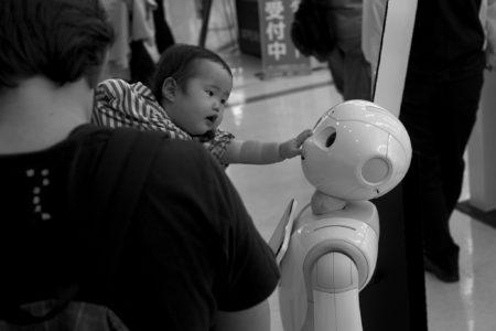 תינוק מלטף רובוט 📷  Jeena Paradies (cc-by)