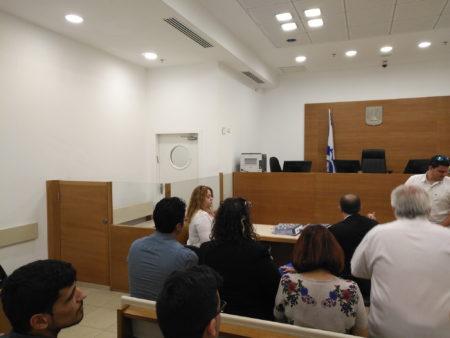 """עינב גנד גלילי (בצד שמאל) ביום החקירה בבית משפט השלום ב""""פתח תקווה"""" 📸 חדר 404"""