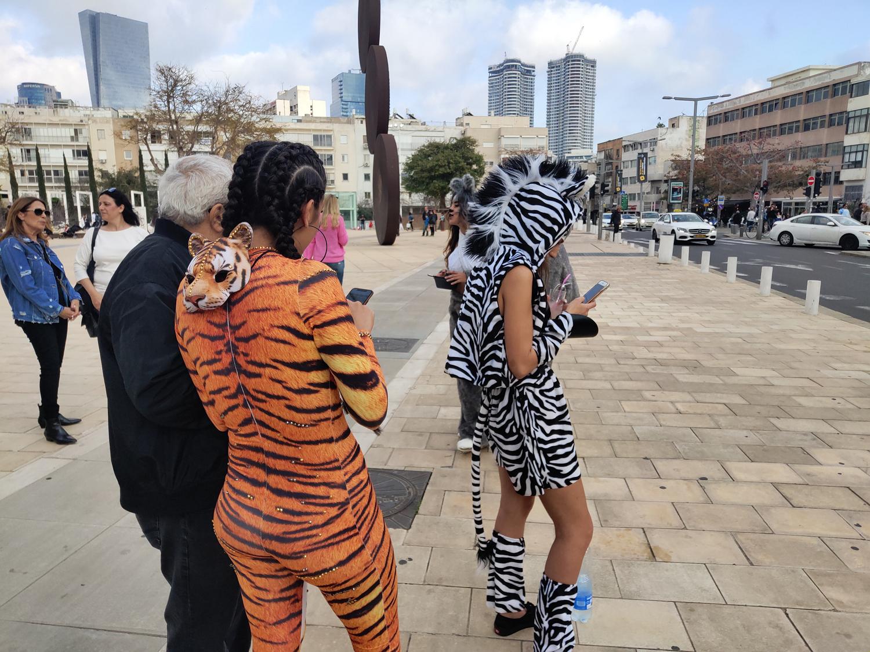 חיות פורים עסוקות בסלולר, כיכר הבימה, תל אביב, 2019 📸 עידו קינן