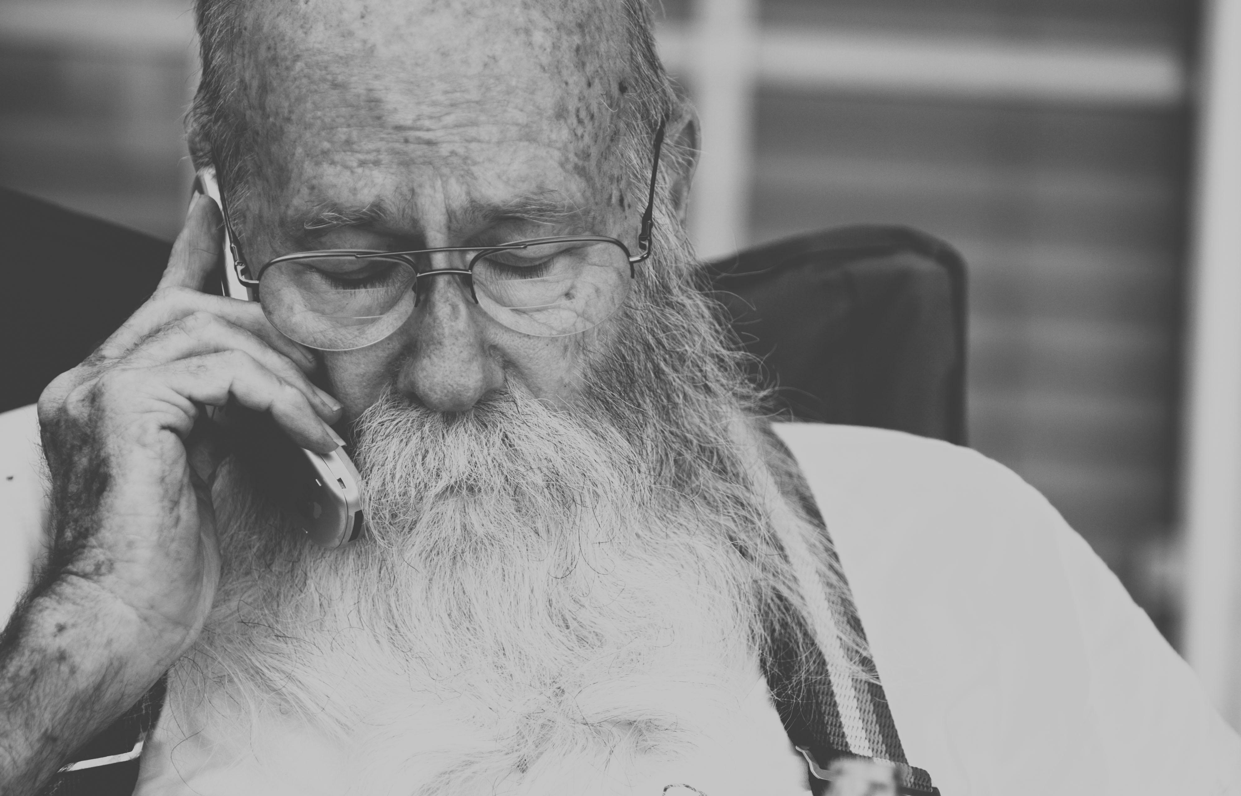 איש זקן מדבר בטלפון סלולרי