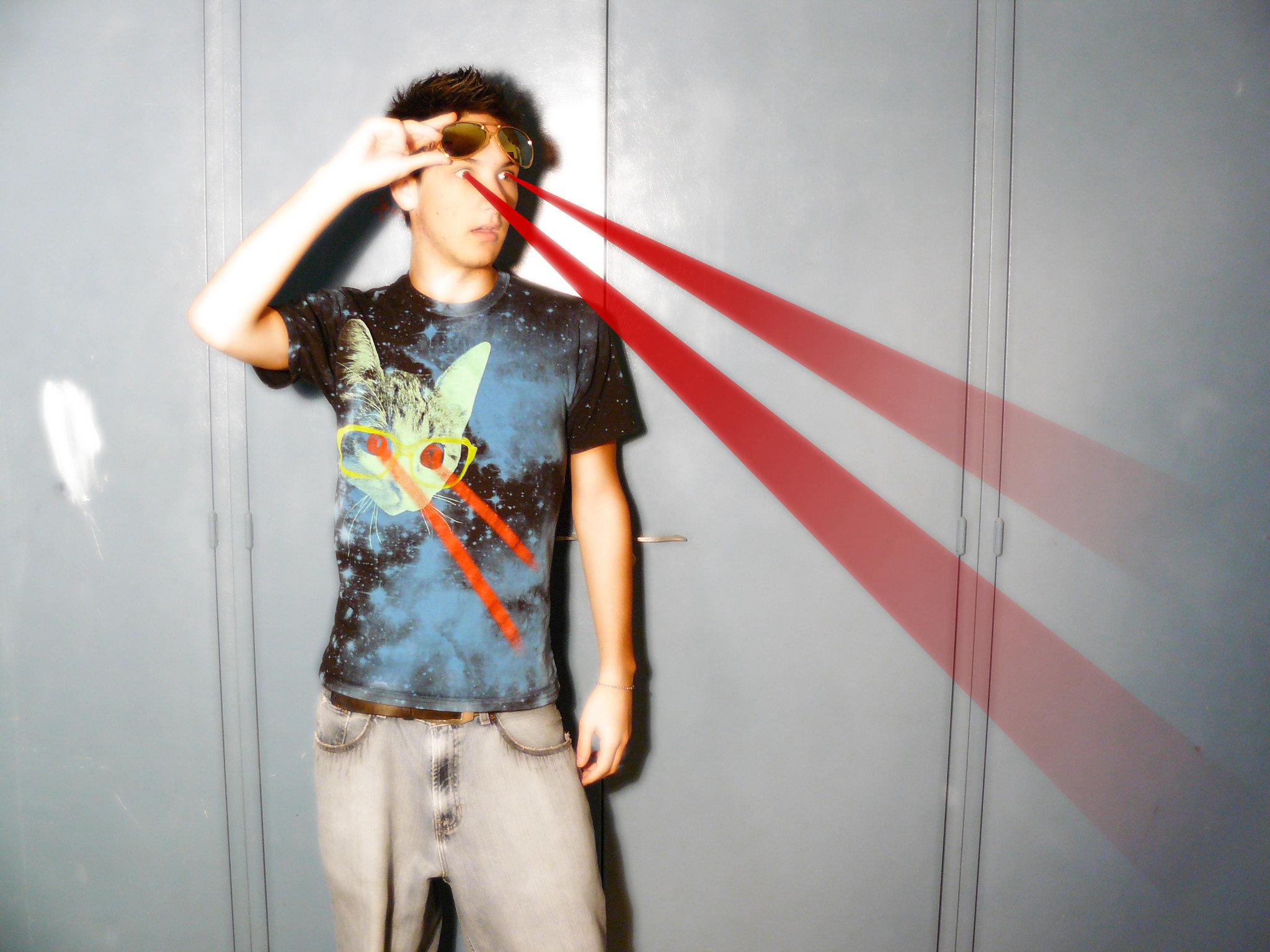אדם בחולצת חתול יורה לייזר מהעיניים יורה לייזר מהעיניים 📸 Knick Banas cc-by