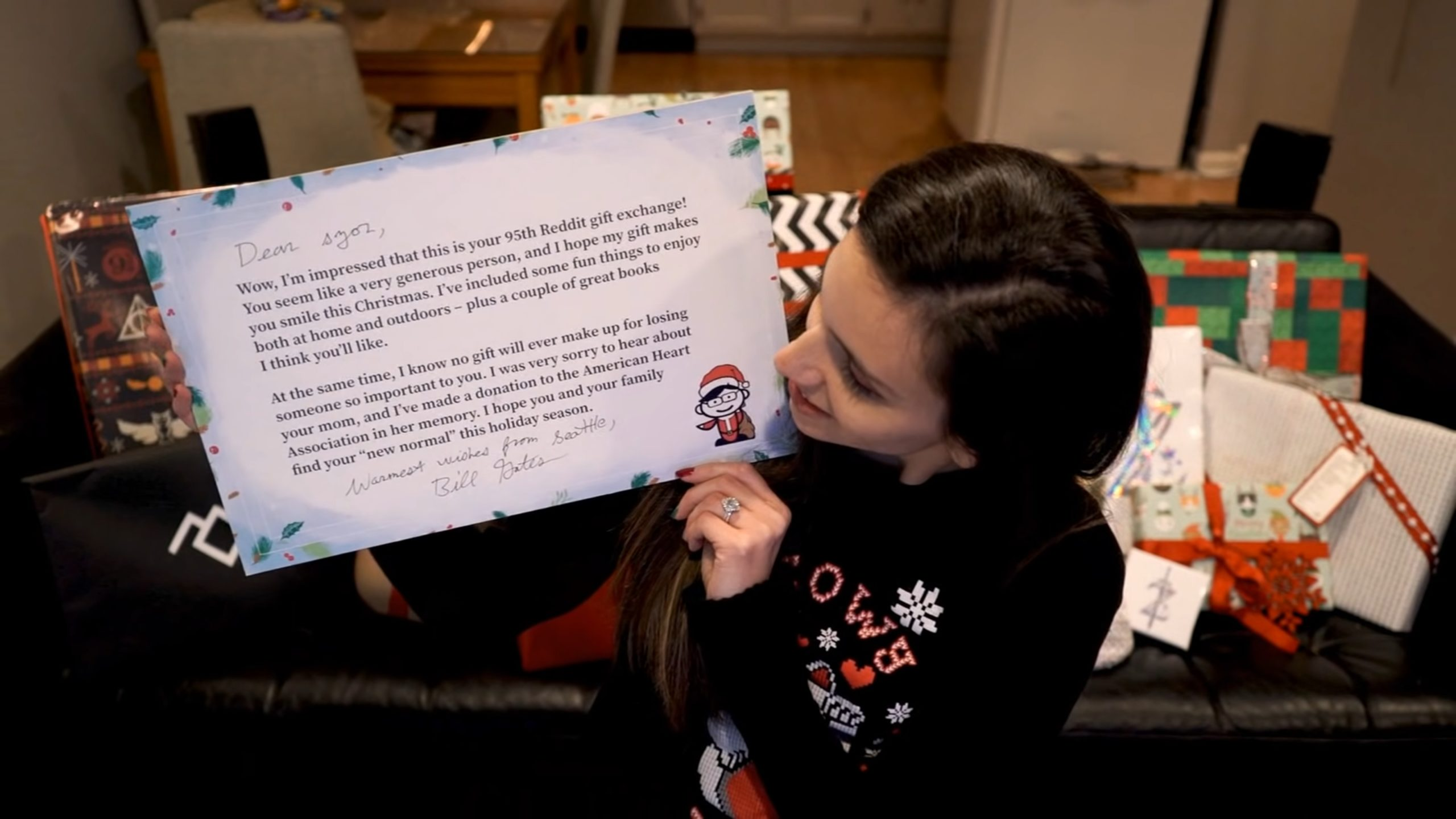 """הרדיטרית שלבי, ששיחקה """"סיקרט סנטה"""" וקיבלה מתנות מביל גייטס 📸 מהסרטון של שלבי"""
