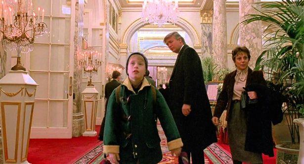 """דונלד טראמפ (מאחור) ומקולי קלקין בסרט """"שכחו אותי בבית 2"""""""