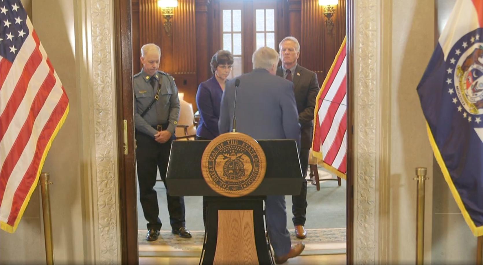 מושל מיזורי מייק פרסון בסיום ההצהרה לעיתונות על ההאקר המסוכן ג'וש רנו